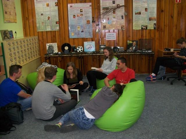 Przyjazna przestrzeń biblioteki tworzy dogodne warunki dla prezentacji twórczości własnej uczniów.