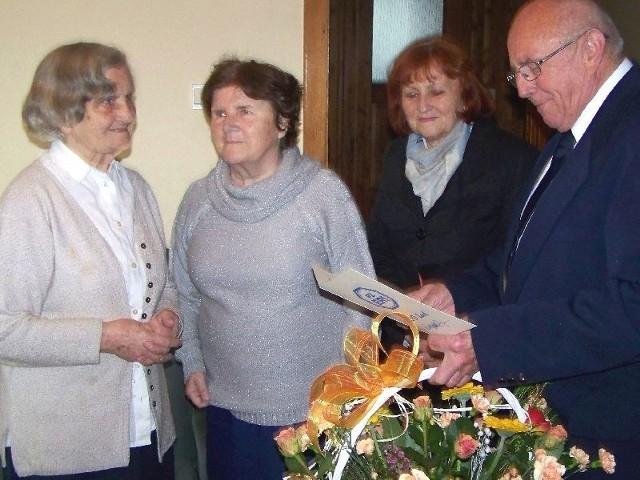 """Helena Michalik świętuje """"setkę"""" w świetnej formie. W imieniu kazimierskich seniorów list gratulacyjny dla jubilatki przekazał prezes Wiesław Rębacz."""