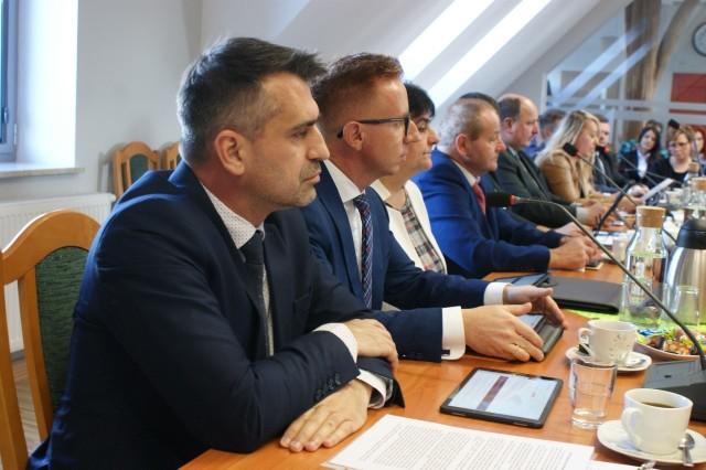 Z lewej Daniel Szpręga, Grzegorz Kobierowski i Ewa Reszka