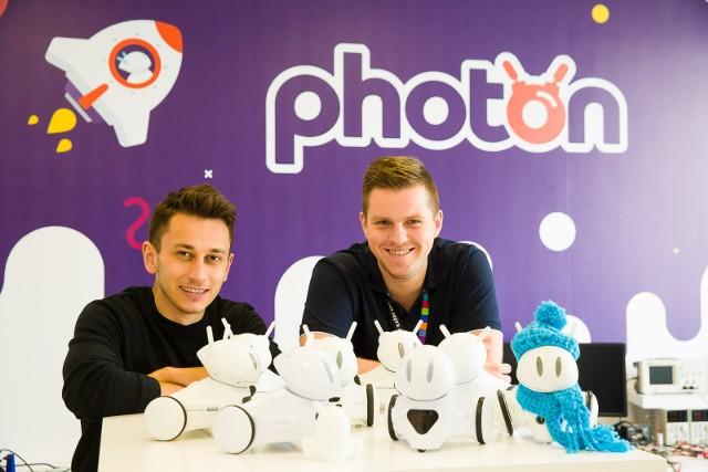 Twórcy Photona Krzysztof Dziemiańczuk (z lewej) i Marcin Joka prezentują kolejne modele robota edukacyjnego