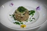 Lubisz risotto? Spróbuj kaszotto z grzybami. To danie, którym zachwyci się twoja rodzina! [PRZEPIS]