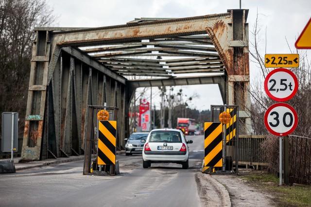 Skrajniki zawężające wjazd na most są niebezpiecznie przesuwane. Dlatego wyposażono je w światła.