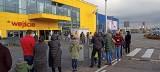 Długie kolejki przed sklepami. Ludzie w kolejce czekają, by wejść do... Ikei. Sklepy Ikea od 28 listopada mogą być na nowo otwarte