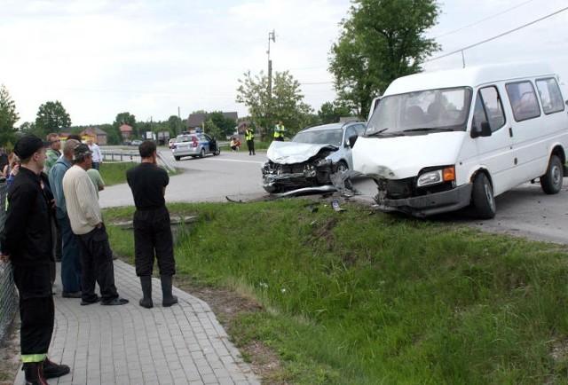 Po wypadku przez około godzinę droga była nieprzejezdna a  na miejscu pracowali strażacy i policjanci.