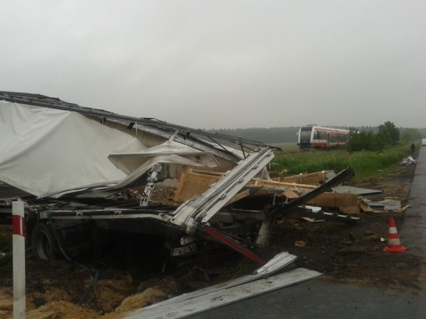 Wypadek pod Skokami: W Roszkowie pociąg wjechał w ciężarówkę