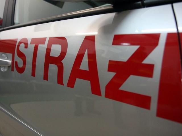 W jednym z samochodów strażacy odcięli butlę z gazem