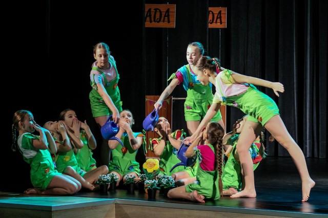 """Niemal 150 tancerzy w trzech kategoriach wiekowych (do lat 11, 12-15 lat, 16+) rywalizowało w sali widowiskowej bydgoskiego Pałacu Młodzieży, który już po raz 21. zorganizował Ogólnopolski Konkurs Tańca """"Taneczne Miraże"""". Ze względu na pandemię wydarzenie odbyło się bez udziału publiczności. Za to jak zawsze, dzieci i młodzież prezentowali swe taneczne umiejętności w różnych technikach, występując przed profesjonalnym jury."""