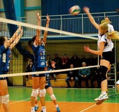 Atak Kai Rydzyńskiej z Pogoni blokuje Natalia Perlińska. Fot. Aleksander Gąciarz