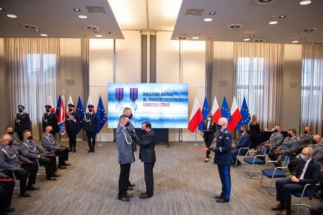 Uroczystość odbyła się 20 lipca w siedzibie MSWiA w Warszawie. Prócz odznaczonych policjantów, wzięli w niej udział także wiceministrowie: Maciej Wąsik, Błażej Poboży, Bartosz Grodecki oraz gen. insp. Jarosław Szymczyk, komendant główny Policji.