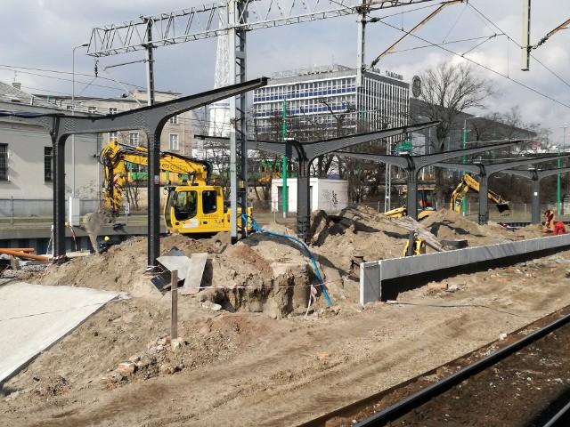 Trwają prace na terenie poznańskiego dworca kolejowego. Robotnicy remontują m.in. peron 6, który znajduje się najbliżej Dworca Zachodniego. Zobaczcie zdjęcia.