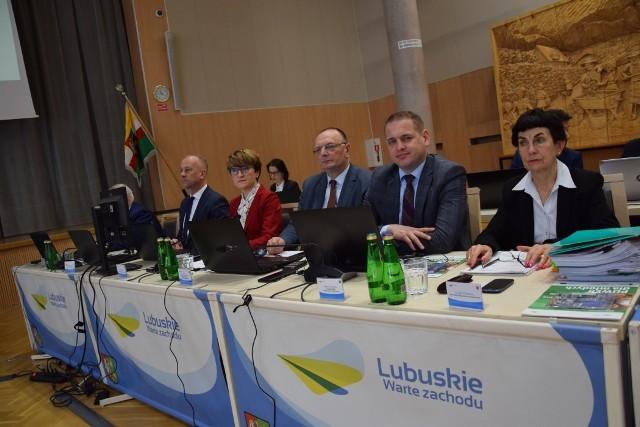 Na zdjęciach z ostatniej sesji sejmiku województwa lubuskiego zarząd województwa wraz ze skarbnikiem