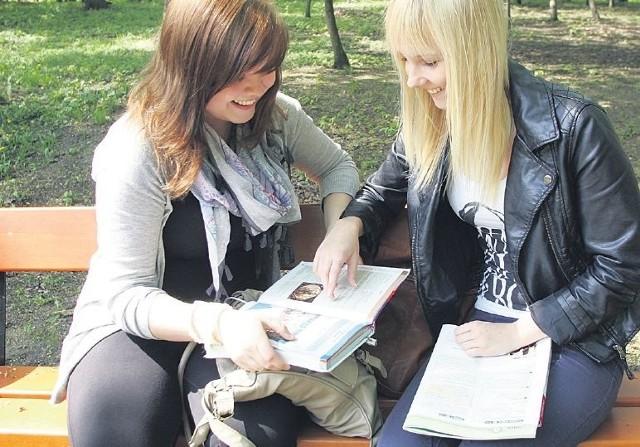 Matura 2012 język polski arkusz i odpowiedzi na gs24. Agnieszka Woźniak (z prawej) i Paulina Ulanowicz ostatnie powtórki przed maturą postanowiły zrobić w szczecińskim parku.
