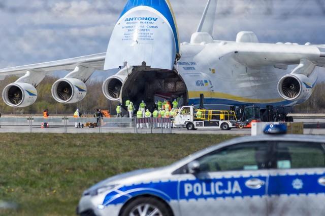 14 kwietnia 20202 roku. Przylot na warszawskie Lotnisko Chopina samolotu Antonow An-255 z transportem sprzętu medycznego. Dostarczone nim maseczki okazały się pozbawione certyfikatów i tym samym całkowicie bezużyteczne w walce z epidemią.