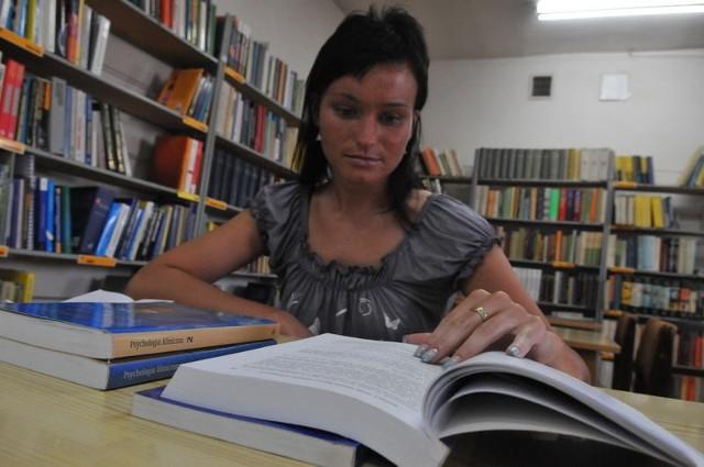 - Biblioteka pedagogiczna bardzo jest potrzebna takim osobom jak ja - mówi studentka Anna Kuśnierek