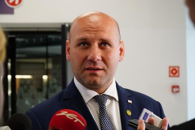 Poseł Szymon Szynkowski vel Sęk, szef poznańskich struktur PiS, zaznacza, że wciąż możliwe są trzy scenariusze: zachowanie koalicji, rząd mniejszościowy lub przedterminowe wybory.