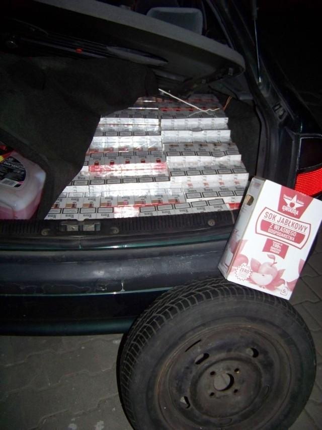 W sumie w aucie znaleziono  6 tys. paczek papierosów z przemytu.