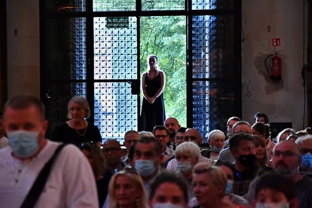 W podróż przez style, epoki i najważniejsze ośrodki muzyczne Włoch, Niemiec i Austrii zabrał słuchaczy wybitny, obdarzony niezwykłą ekspresją kontratenor Filippo Mineccia