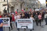 Ponad tysiąc osób w Marszu Wolności antycovidowców na ul. Piotrkowskiej - protestowali przeciwko pandemii ZDJĘCIA