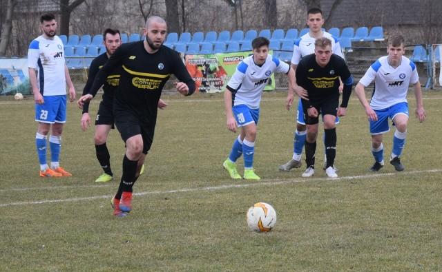 84 minuta meczu, Szydłowianka - Zodiak. Dawid Skrzycki zdobywa bramkę z rzutu karnego.