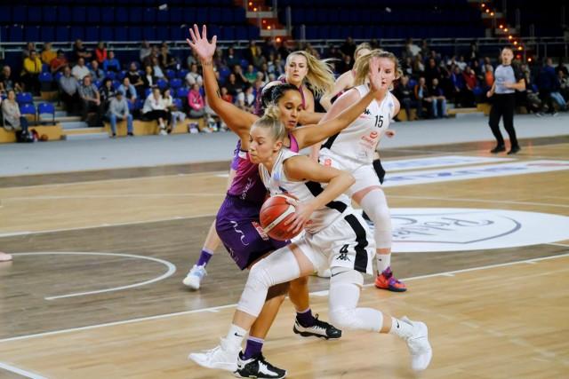 Toruniaki (z piłką Marta Nowicka) rozegrały dotąd tylko jeden mecz w Energa Basket Lidze