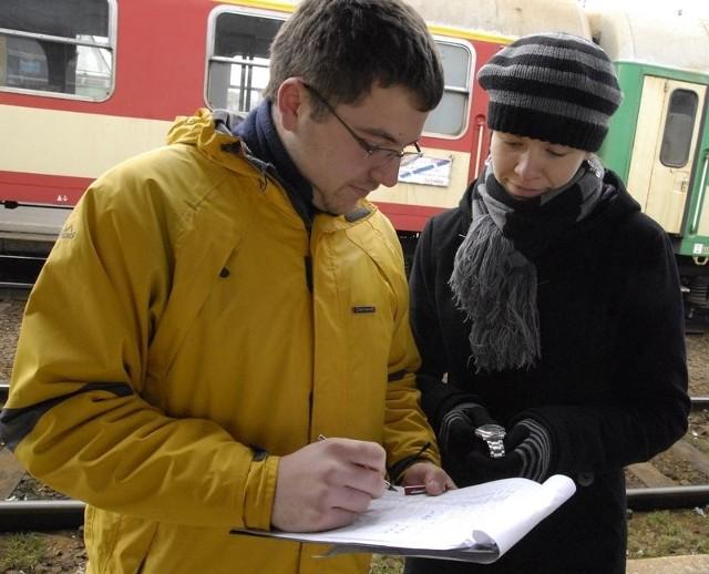 Studenci sprawdzają puntkualność pociągów.