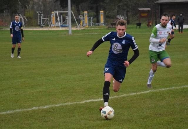Drogowiec pokonał Mogielankę 3:0. Jedną z bramek zdobył najlepszy strzelec wicelidera Tymex Ligi Okręgowej, Jakub Miałkowski (przy piłce).