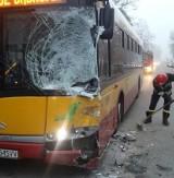 Wypadek na ul. Dąbrowskiego. Samochód zderzył się z autobusem! [zdjęcia]