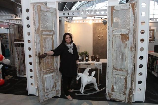 Miks staroci z nowoczesnością – najmodniejszy trend w urządzaniu wnętrz prezentowała na targach firma NTC z Kielc. Jej właścicielka Renata Wata urządziła wnętrze ekspozycji w loftowym stylu, a do środka zapraszała przez stuletnie drzwi.