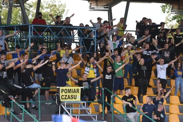 W derby Torunia Pomorzanin bezbramkowo zremisował z Elaną. Spotkanie cieszyło się dużym zainteresowaniem kibiców. Na kolejnych stronach zdjęcia fanów oraz fotki z meczu