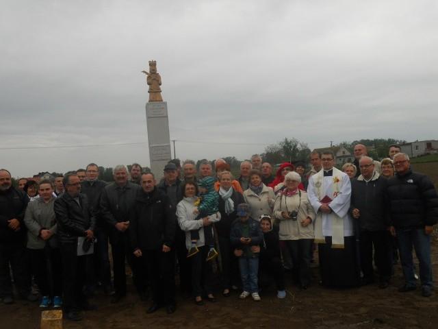 Uczestnicy poświęcenia figury św. Jana Nepomucena. Trzeci z lewej inicjator prof. Marek Grześ, obok Krzysztof Zawacki, twórca postaci.