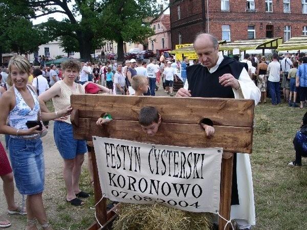 """Na """"Festynie cysterskim"""" Grzegorz Myk  zakuwał grzeszników w dyby. Co będzie robić w  sobotę?"""