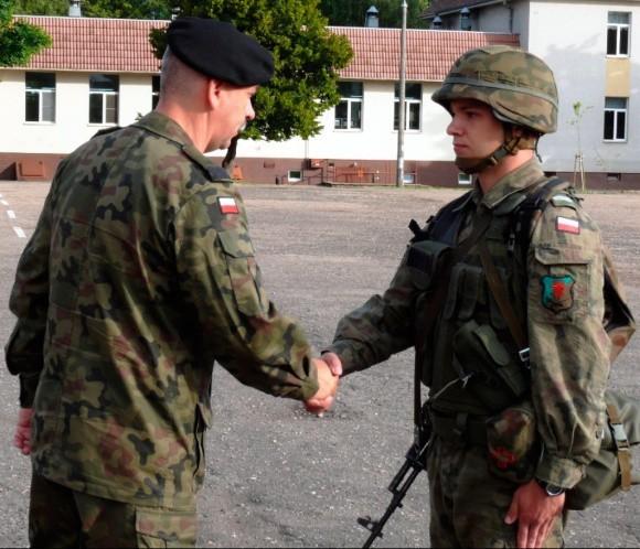 Dowódca 12 BZ gen. bryg. Janusz Adamczak (po lewej) dziękuje swojemu prymusowi za osiągnięte wyniki i godne reprezentowanie brygady poza granicami kraju.