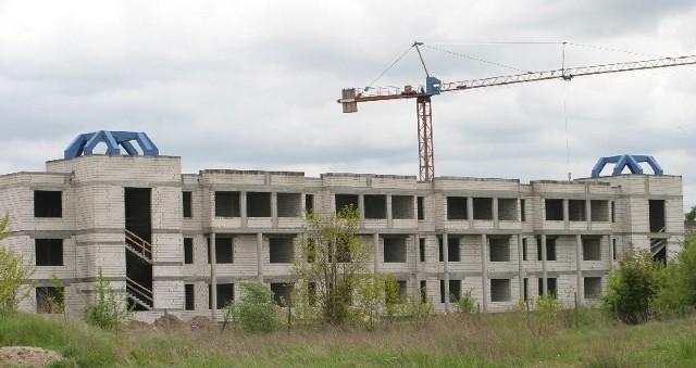 Budowa szkoły ponadgimnazjalnej została wznowiona w tym roku. Jak się okazuje, część osób tam pracujących zostało oszukanych. Teraz wszyscy umywają ręce i nikt nie chce pomóc budowlańcom.