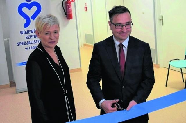 Wicemarszałek Marcin Krzyżanowski oraz Anna Płotnicka-Mieloch, dyrektor WSS w Legnicy, otworzyli wyremontowaną część szpitala.