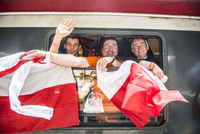 Pielgrzymi przebywający w Toruniu, wyruszyli dziś na główne obchody Światowych Dni Młodzieży do Krakowa. Specjalny pociąg dla wiernych odjechał punktualnie o 12:05 z Dworca Głównego.