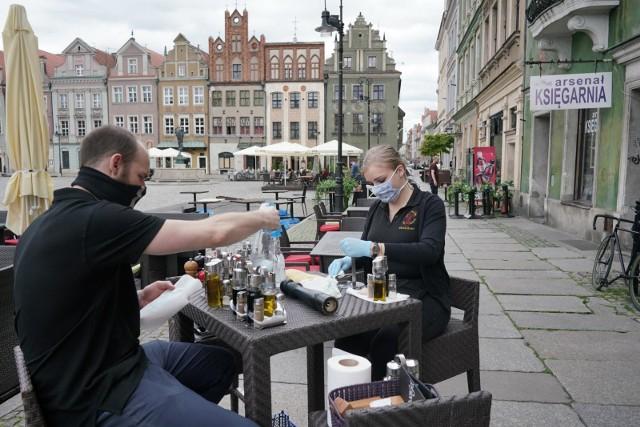 W związku z obostrzeniami w strefach żółtych i czerwonych miasto Poznań postanowiło w tym roku wydłużyć funkcjonowanie ogródków gastronomicznych.