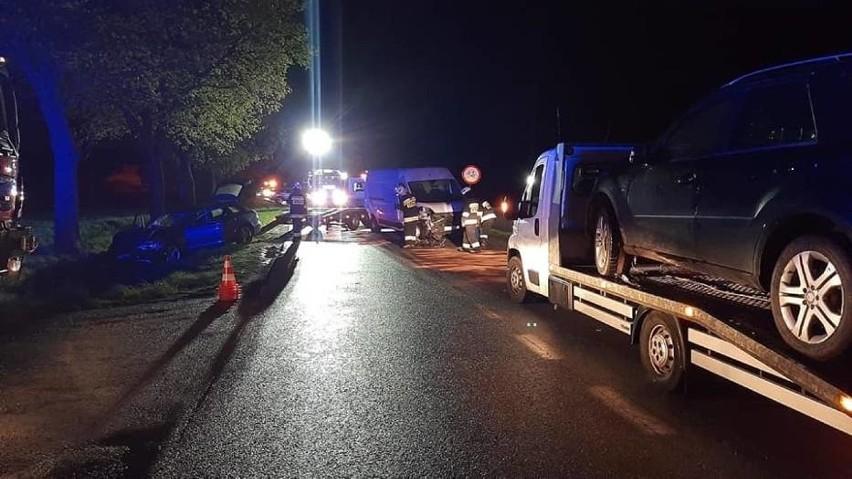 Doszło do zderzenia trzech pojazdów: busa i dwóch aut...