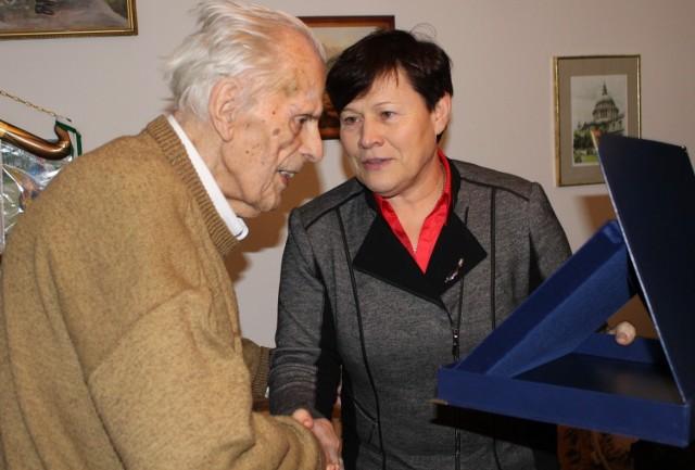 Henryk Zielazek odbiera specjalną statuetkę z rąk dyrektor Wydziału Sportu UM Poznania, Ewy Bąk