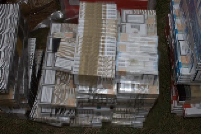 Na terenie posesji 55-latka znaleziono 26 tysięcy papierosów i 6 kilogramów krajanki tytoniowej bez akcyzy.