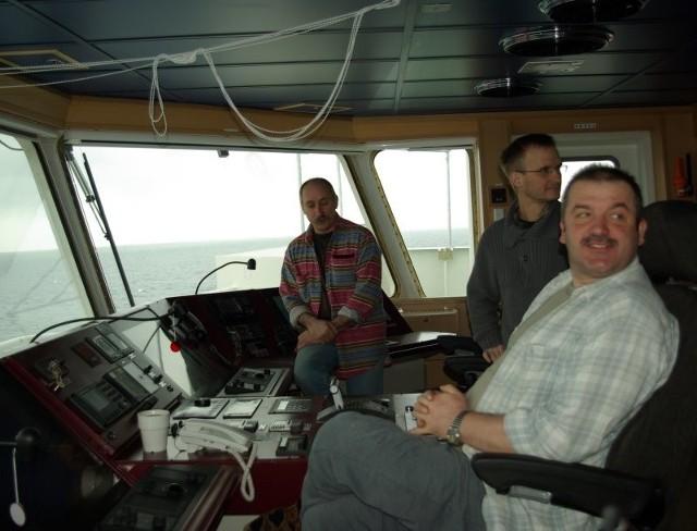 W czasie prób morskich kontenerowcem dowodził stoczniowy kpt. Franciszek Hryniuk (siedzi w fotelu). Obok chief oficer Piotr Brzeziński, w tle marynarz Zbigniew Filip.