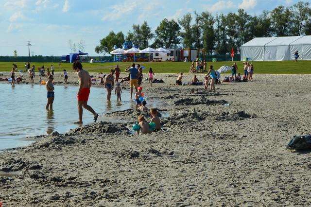 """Strzeżone kąpielisko z piaszczystą plażą pod Gdowem jest jednym z największych w Małopolsce. Na terenie Kuter Portu są także m.in. łowiska, domki noclegowa i oryginalna restauracja, gdzie między stolikami płynie """"rzeka"""""""