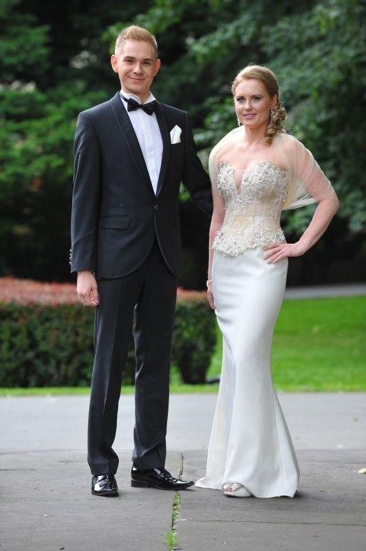 Suknia kremowa z koronkowym gorsetem. Długa, klasyczna, o prostym kroju, z bogato zdobionym, koronkowym gorsetem podkreślającym talię Edyty.