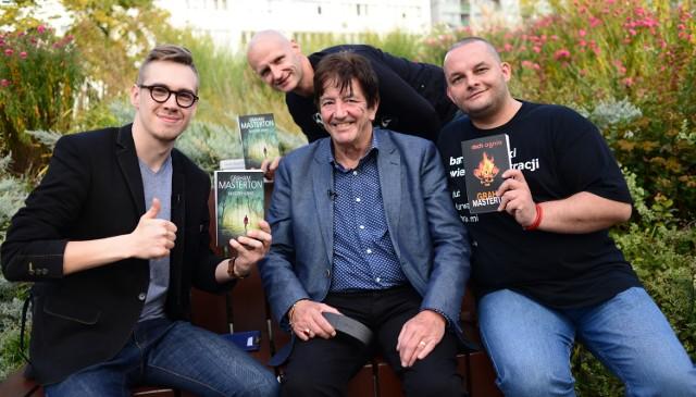 Graham Masterton (w środku) z Jakubem Rutką, Gabrielem Grulą i Staszkiem Orłowskim