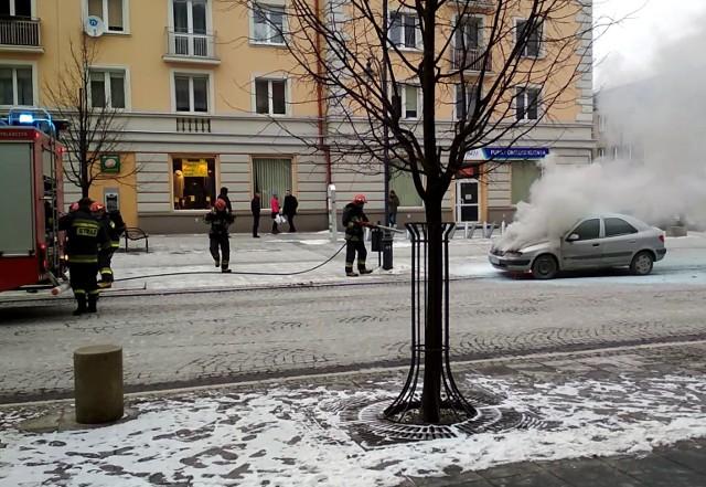 Na ulicy Lipowej w Białymstoku spłonął citroen xsara. Prawdopodobną przyczyną pożaru było zwarcie w instalacji elektrycznej.