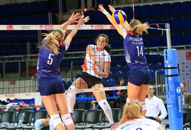 Marina Paulava (atakuje) z Budowlanych liczy na wygraną z Muszynianką, tak jak Marlena Pleśnierowicz i Natalia Misiuna  (nr 5)z Pałacu na zwycięstwo z KSZO