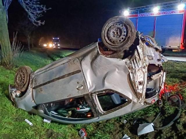 W Czeluścinie, na drodze krajowej nr 15, między Września a Gnieznem dachowało auto. Jedna osoba została ranna