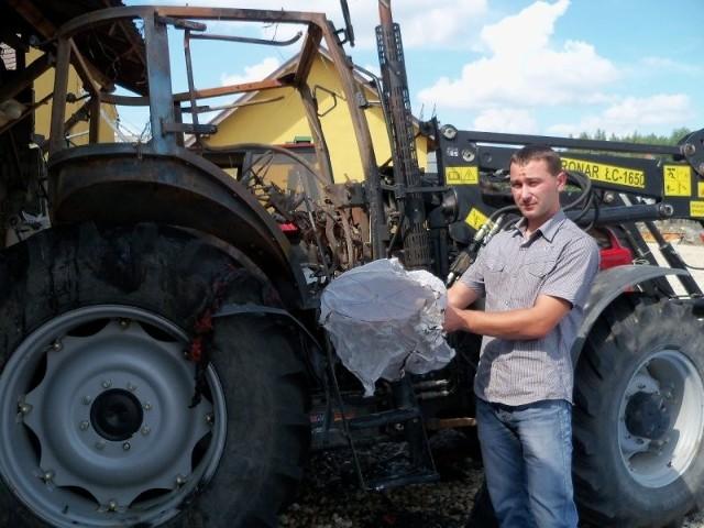 Jacek Suchanek znalazł nadpaloną resztkę lampionu w swoim gospodarstwie. Od wypuszczonego przez weselników lampionu zapalił się traktor i niewiele brakowało, by spłonęło całe gospodarstwo.