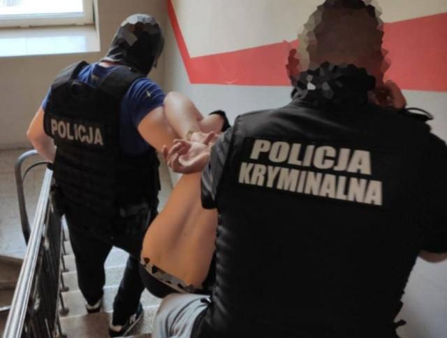 W jednym z hosteli w centrum Łodzi zatrzymano dwóch mężczyzn mogących mieć związek z zabójstwem 20-latka w Żyrardowie pod warszawą. Młodzieniec został postrzelony w szyję, a strzały padły z samochodu bmw, które podjechało do stojącego w bramie 20-latka - podaje RMF FM. Czytaj więcej na następnej stronie