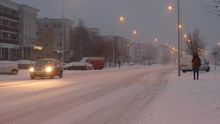 Zasypane śniegiem ulice. Osiedle TBS o godz. 7 rano