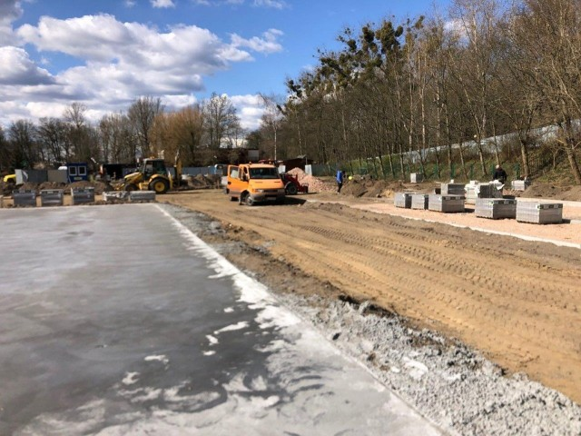 Tak przy ul. Kujawskiej wyglądają prace przy budowie trzeciego kompleksu basenów letnich w Toruniu.